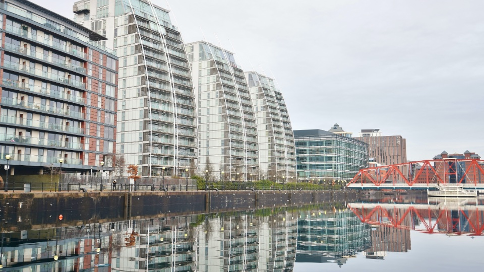 https://www.hills.agency/content/uploads/2021/02/Salford-quays-and-media-city-property-960x540-1.jpg